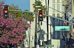 Rodeo drive kyltti ja liikennevalot. Beverly Hills, Kalifornia, USA. c Kuvituskuvat