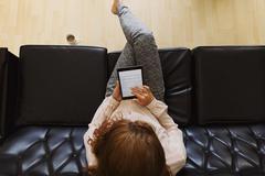 Nuori nainen lukeminen e-kirja Digitaaliset Tablet Kuvituskuvat