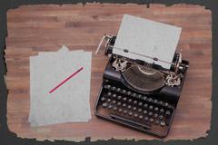 Vintage kirjoituskone ja vanhoja kirjoja Kuvituskuvat