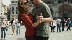 SLO MO MS TU Romantic couple dancing on St. Mark's Square / Venice,Italy Stock Footage