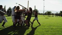 WS Ryhmä naisia taistelevat miesten yllään historialliset vaatteet puistossa / Arkistovideo
