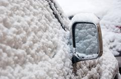 Auton siipi peili lumessa Kuvituskuvat