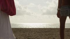 WS kaksi naista rentouttava rannalla / South Beach, Miami, Florida, USA Arkistovideo