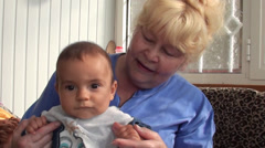 Woman amuses serious baby 2 Arkistovideo