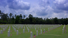 Sotilaallinen hautoja koristeltu lippuja. 4K Arkistovideo