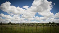 4K Intervallikuvaus maakohtaisten kentät ja Passing Clouds Arkistovideo