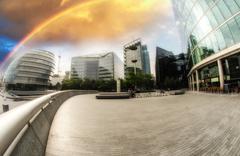 Rainbow yli kaupungin siluettia Kuvituskuvat
