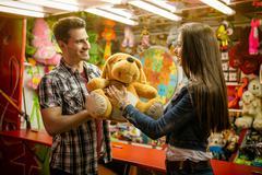 Poikaystävä antaa lahjaksi hänen tyttöystävä huvipuisto Kuvituskuvat