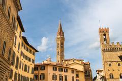 Kellotorni Palazzo del Bargello ja kirkon torni Badia Fiorentine vuonna Kuvituskuvat