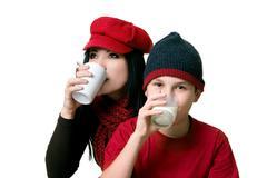 Kaksi ihmistä juominen juomat Kuvituskuvat