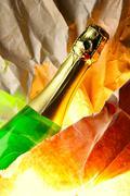 Pullo samppanjaa ja vääntymisen paperi - stock photo