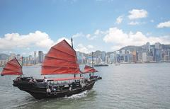 Junk boat with tourists in Hong Kong Victoria Harbour Stock Photos