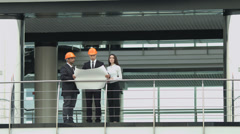 4K & HD resolutions: the builders discuss the project at the balcony pit Stock Footage