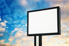 Tyhjä mainonta mainostaulu vastaan taivas Kuvituskuvat
