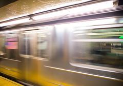 Juna liikkeessä sisällä metroasemalta, New York Kuvituskuvat