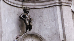 Manneken Pis, local statue of an urinating boy. Landmark of Brussels Stock Footage