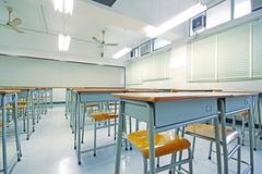 Tyhjä iso luokkahuone koulussa Kuvituskuvat