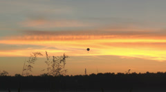 Kuumailmapallo liukua pitkin kaunis Dawn Arkistovideo