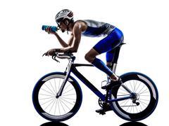 Mies triathlon Iron Man urheilija pyöräilijä pyöräily juominen Kuvituskuvat