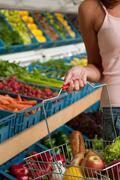 Grocery store shopping - Basket elintarvikkeiden kanssa Kuvituskuvat