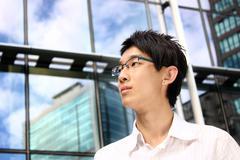 Aasialainen nuori, komea liikemies toimistorakennus Kuvituskuvat