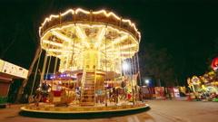 4K. Timelapse vanhempien ja lasten on karuselli Merry-go-round on yöaikaan Arkistovideo