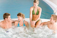 Uima-allas - iloisia ihmisiä rentoutumaan porealtaassa Kuvituskuvat