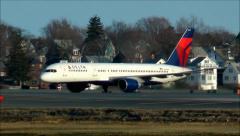 Delta Airlines Boeing 757 arrives Stock Footage