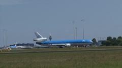 Siluetti Airport + lentokoneen McDonnell Douglas MD-11 lentokone rullausta kiitotielle Arkistovideo