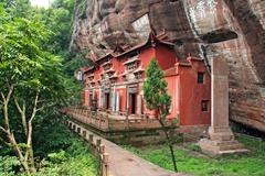 Temple building leaning against a vertical rock in qiyun taoist complex, anhu Stock Photos