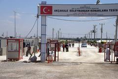 People enter the akcakale syrian  refugee camp Kuvituskuvat