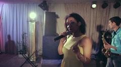 Jazz nainen laulaja ja ohut saksofonisti. Studio valot. hidastettuna Arkistovideo