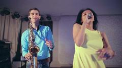 Jazz nainen laulaja ja ohut saksofonisti. Luova duo. Arkistovideo