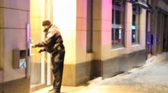 Officer rullataan auki rikollisuuden nauha yöllä talvella Arkistovideo