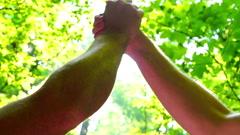 Men halailu kädet, steadycam ammuttu, hidastettuna ammuttu 240fps Arkistovideo