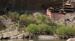 At the hanging temple at datong china with tourists Stock Footage