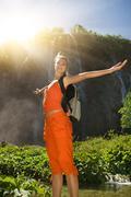 Onnellinen turisti lähellä vesiputous metsässä Piirros