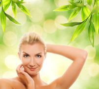 Kaunis nuori nainen soveltamalla orgaanista kosmetiikkaa hänen iho Piirros