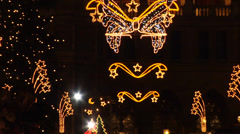 Zoom out form the Christmas lights at the Rathausplatz market in Vienna. Stock Footage