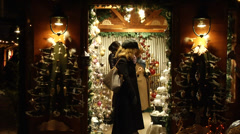 Altwiener Christmas market in Vienna at night. Shoppers watching ornaments. Stock Footage