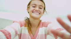 Close Up Young valkoihoinen tyttö hymyilee kesä Online Sosiaalinen media Arkistovideo