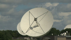 Radio telescopes zoom in, zoom out Stock Footage