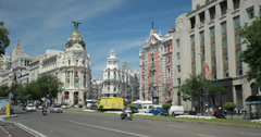 4K Wide shot of cars driving past the Edificio Metropolis, Madrid, Spain Stock Footage