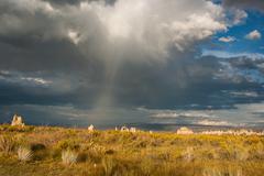 Myrskyinen taivas yli mono järvi california Kuvituskuvat