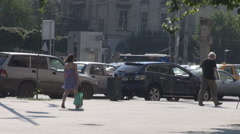 Cityscape in heatwave day, people walking anxious on sidewalk, cars moving slow Stock Footage
