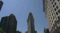 Tilt from and to the Flatiron Building in Manhattan, New York City, USA Stock Footage