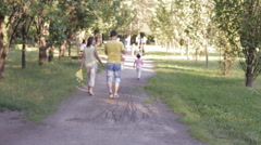A family with a child in the Park is on track, the mother of the child shall be Stock Footage