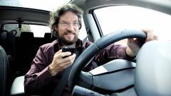 Mies kutoma älypuhelin ajaessasi aiheuttaa mahdollisen onnettomuuden Arkistovideo