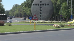 Help traffic roundabout against traffic jam, monument inside square, cars motion Stock Footage