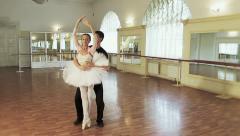 Pari baletti tanssi, nuori mies kuljettaa ballerina olalla Arkistovideo